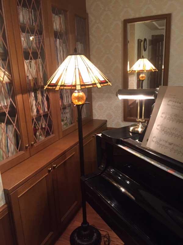 アンティーク風の照明とピアノ