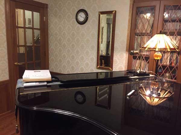 スタンドライトとピアノ