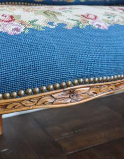 とっても美しいプチポワンが魅力的。深いブルーのアンティークソファ