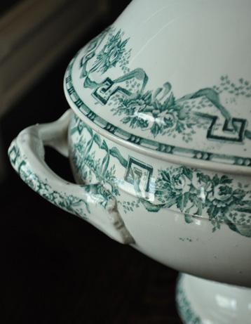 m-977-z アンティークチュリーン(陶器の器)のアップ