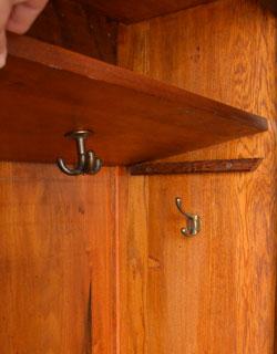 アンティーク家具 英国デザインのアンティーク家具、鏡付きが嬉しいホールスタンド(洋服掛け)。扉内のフックは全部で3ヶ所にあります。(m-264-f-1)