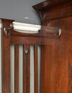 アンティーク家具 英国デザインのアンティーク家具、鏡付きが嬉しいホールスタンド(洋服掛け)。いろいろ便利に使える仕掛け外側のフックは全部で4ヶ所。(m-264-f-1)