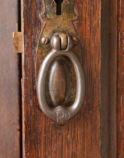 アンティーク家具 英国デザインのアンティーク家具、鏡付きが嬉しいホールスタンド(洋服掛け)。アンティークらしい取っ手扉の取っ手もアンティークらしいデザインで素敵です。(m-264-f-1)
