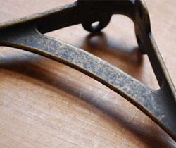 棚受け(シェルフ) 住宅用パーツ 真鍮棚受け(アンティーク色・M)ビス付き。アンティーク風の風合いが、味わいがあってステキ。(u-902-r)
