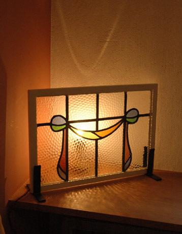 Handleオリジナル 照明・ライティング Handleオリジナルスタンドライト (ゴールド色・M)(E17シャンデリア球付)。ステンドグラスの裏から電球を灯して楽しんでください。(sgl-03)