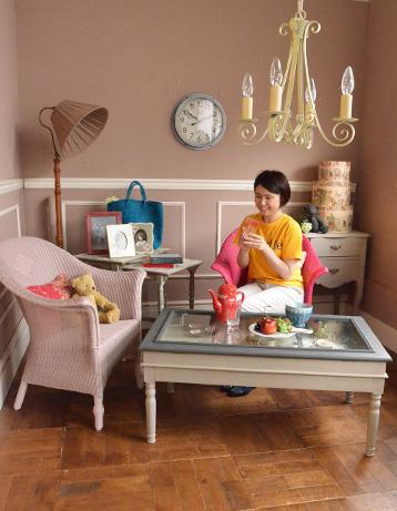 コントワールドファミーユ アンティーク風 コントワール・ド・ファミーユのディスプレイテーブル(ムーブルペイント)。リビングルームでこうして華やかなロイドルームチェアと一緒に楽しんでみませんか?お気に入りの色に包まれて、幸せなカフェ気分を味わえます。(cff-64)