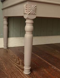 コントワールドファミーユ アンティーク風 コントワール・ド・ファミーユのディスプレイテーブル(ムーブルペイント)。ポイントに装飾が入っています。(cff-64)