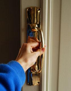 ドアノブ 住宅用パーツ ドアハンドル(ゴールド・ビス付き)。ドアハンドルひとつで外国のお家みたいな雰囲気になります。(n-552)