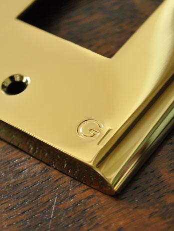 スイッチ・スイッチカバー 住宅用パーツ 真鍮スイッチプレート(3スイッチタイプ)。真鍮の美しさが引き立つシンプルなデザインです。(sc-08-c)
