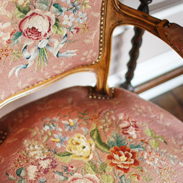 絵画のように美しい繊細な刺繍のプチポワンチェア