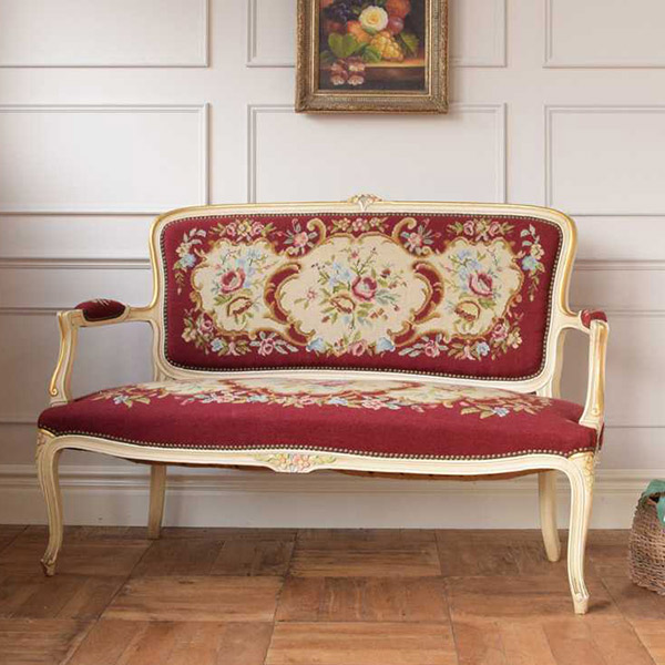 フランスのプチポワンの刺繍が美しいアンティークソファ