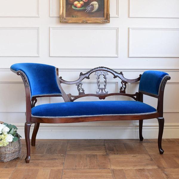ロイヤルブルーの張地に透かし彫りの装飾が美しいセティ